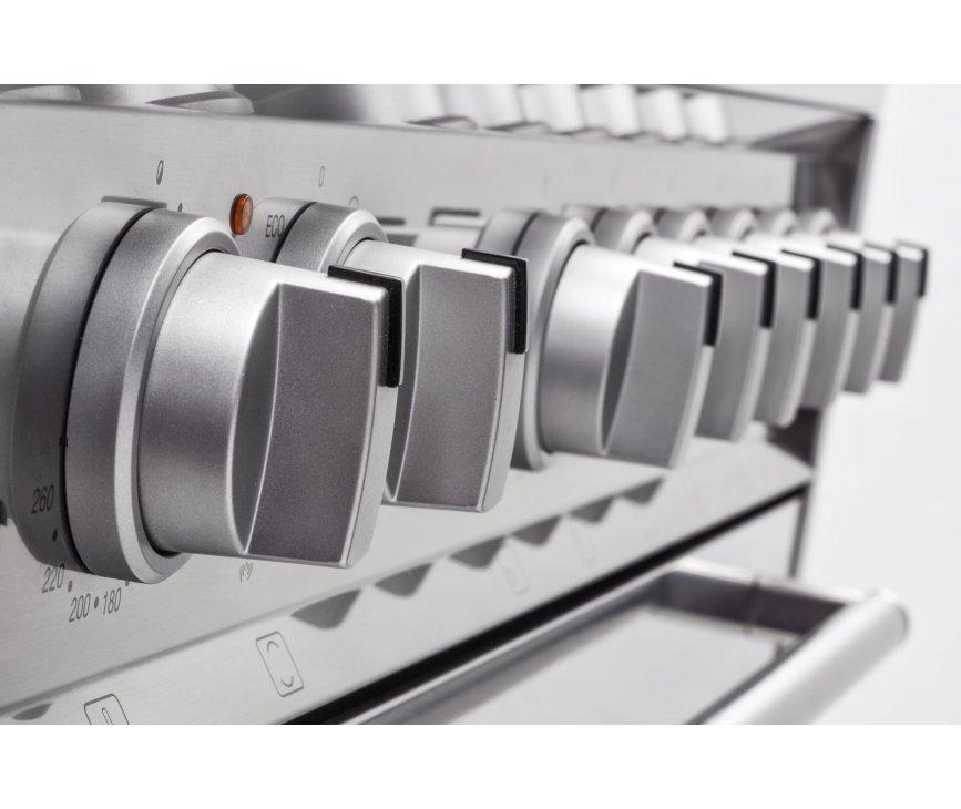 De Smeg DS9GMX is uitgevoerd met semi-professioneel vormgegeven knoppen uitgevoerd in de kleur zilvermetalic