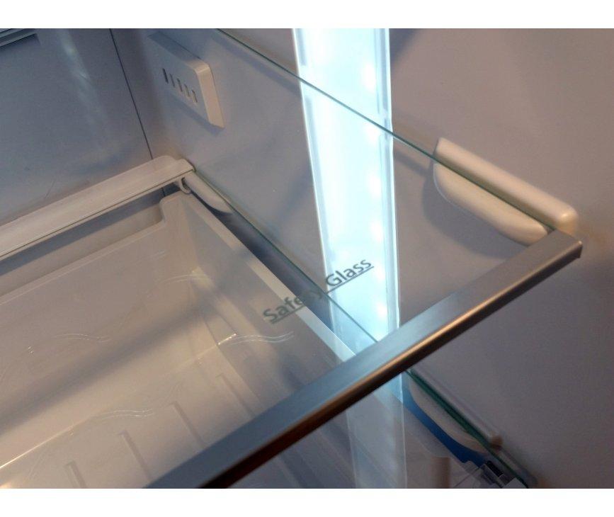 De binnenzijde van de Smeg FC370X2PE beschikt over glazen draagplateaus en heldere LED verlichting over de volledige hoogte