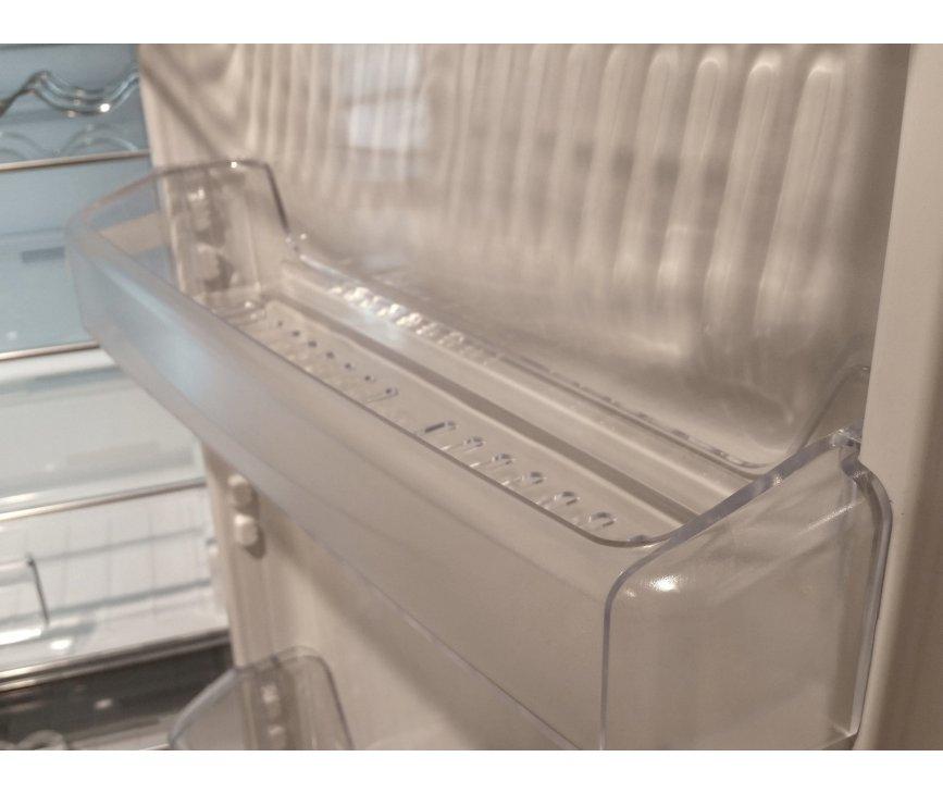 De Smeg FC400X2PE is voorzien van kunststof vakken in de binnendeur welke transparant en degelijk zijn
