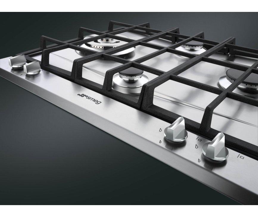 De wokbrander van de Smeg P261XGHNLK is in het links geplaatst en heeft een vermogen van 3,5 kW