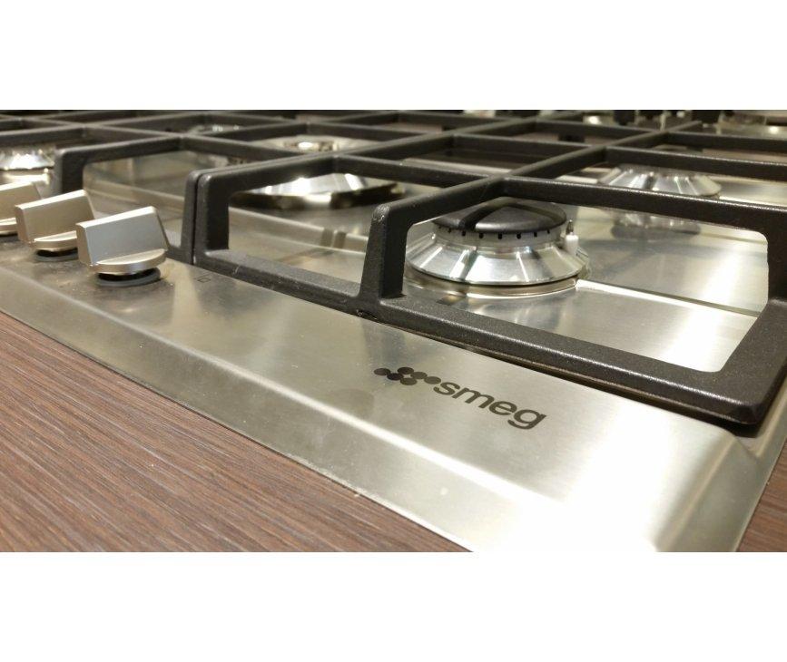 De Smeg P272XGHNLK beschikt ove reen strak design met kleine oplopende rand