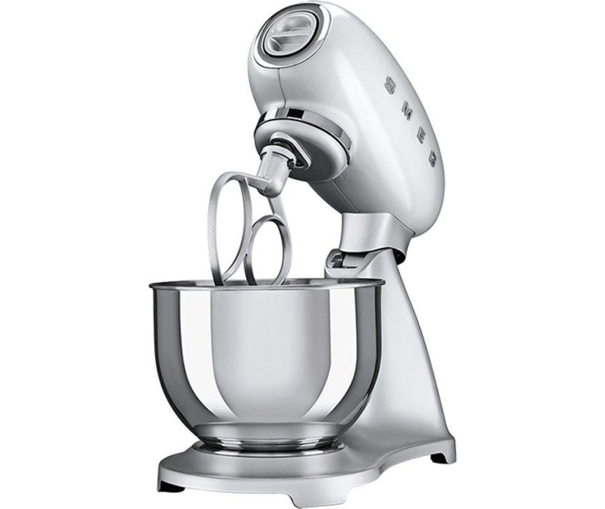 De Smeg SMF01SVEU keukenmachine zilver heeft een inhoud van 4,8 liter