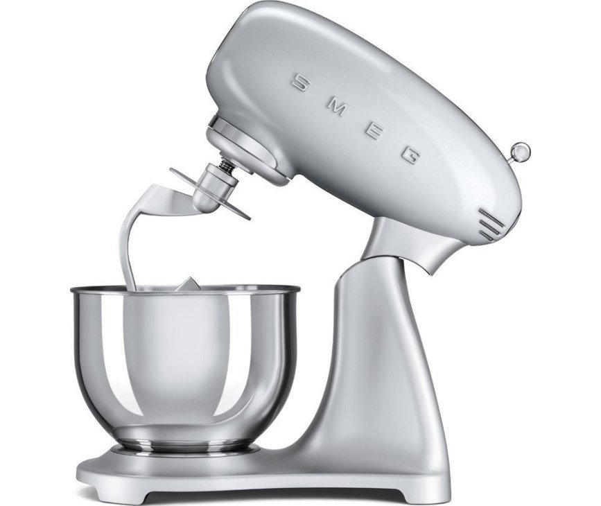 De Smeg SMF01SVEU keukenmachine zilver is voorzien van een veiligheidsslot bij opstaande mengkop