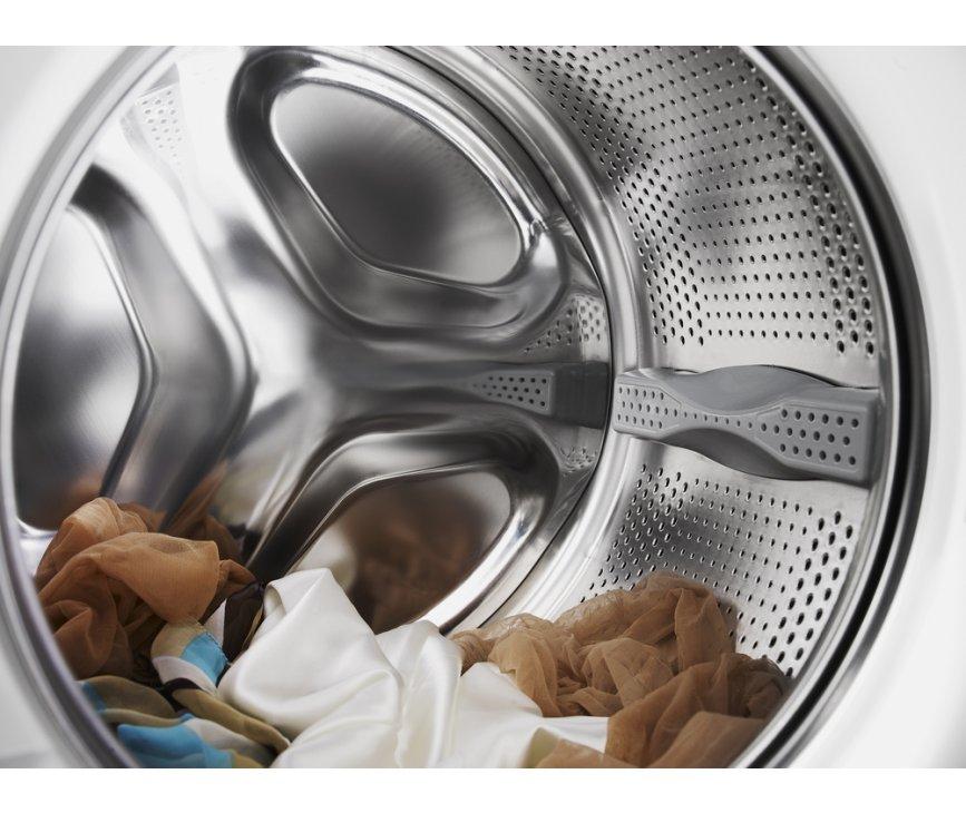 De kleine en grotere gaten in de nieuwe ASKO Active Drum trommel zijn zo gesitueerd dat er een beter wasresultaat behaald wordt.