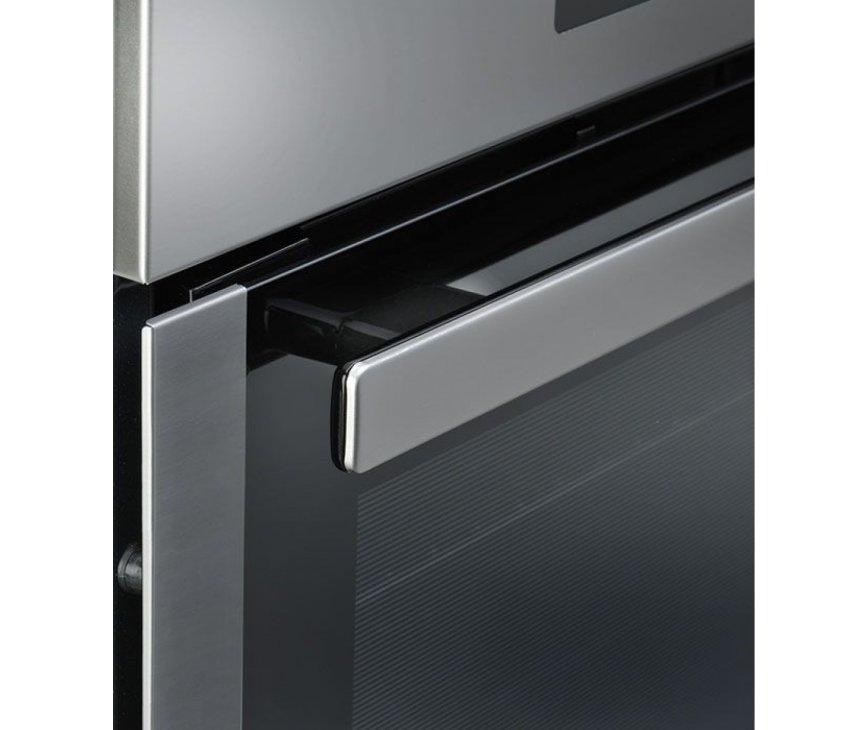 De klapdeur van de Whirlpool AKZ6270IX inbouw oven rvs is voorzien van een stevige deurgreep