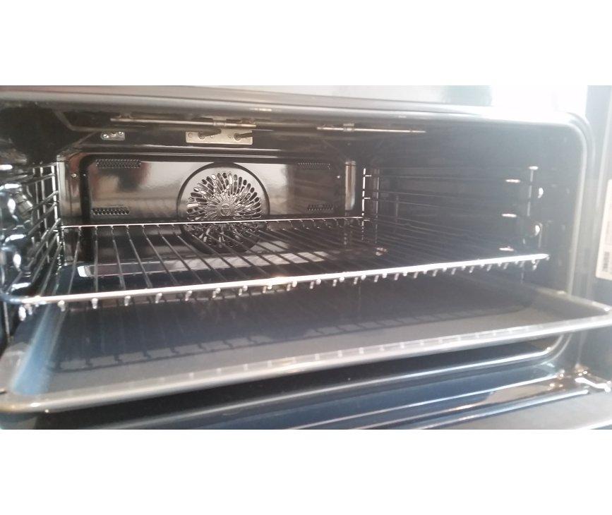 Foto van de binnenzijde van de Zanussi ZNF44X combi-oven