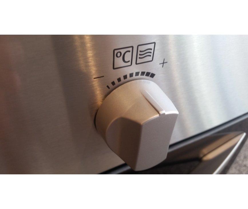 Fraai zijn de grote knoppen op de Zanussi ZNF44X combi-oven