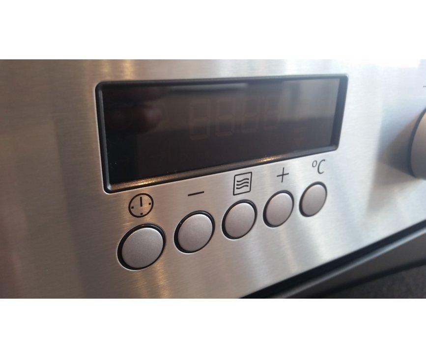 De Zanussi ZNF44X combi-oven is uitgevoerd met digitale programmeerklok
