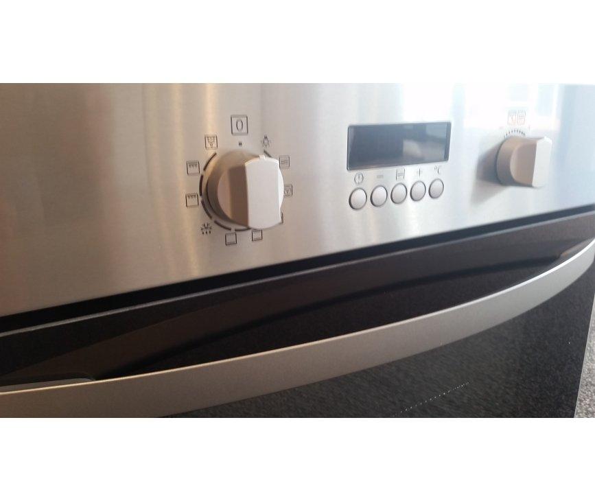 Het design van de Zanussi ZNF44X combi-oven is strak en uitgevoerd in vingervlekvrij roestvrijstaal