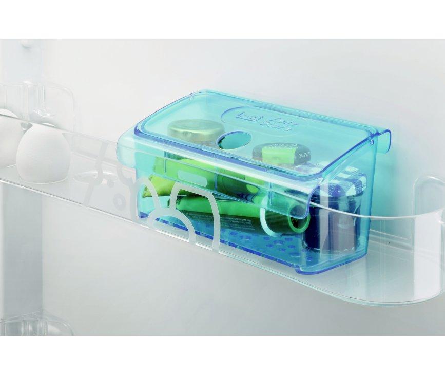 De Zanussi ZRG16605WA tafelmodel koelkast is voorzien van de handige easybox, om kleine spullen als medicijnen koel te houden