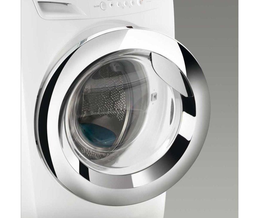De Zanussi ZWF81463WH wasmachine is uitgevoerd met een degelijke chromen deur