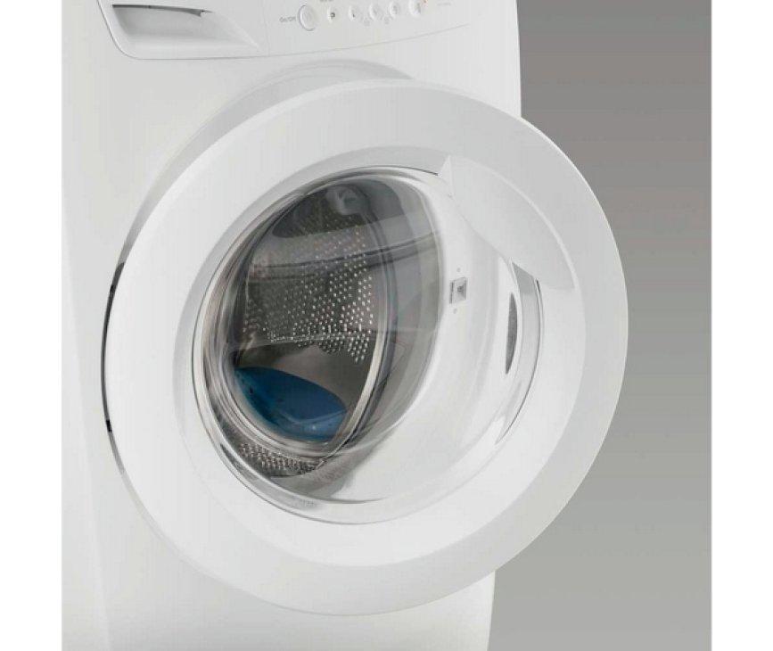 De Zanussi ZWF81663W wasmachine beschikt over een ruime vulopening voor het eenvoudig in- en uitladen