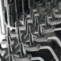 De rubberen spikes in de bovenkorf van de Aeg F56312IM0 vaatwasser inbouw beschermen uw glaswerk