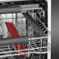 De AEG inbouw vaatwasser F66702VI0P is voorzien van een bovenkorf en heeft zodoende 15 couverts inhoud