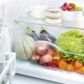 Onderin de koelkast bevindt zich een enkele ruime groentelade