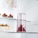 Praktisch is het deelbaar glasplateau waardoor ook hoge producten rechtop geplaatst kunnen worden