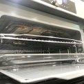 Standaard wordt een rooster, een bakplaat en een glazen schaal in de Asko OCM8456S meegeleverd