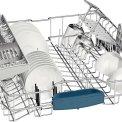 De bovenkorf van de Bosch SMV84L10EU inbouw vaatwasser met neerklapbare steunen