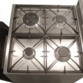 De Smeg C6GMXNLK8 heeft een vier pits kookvlka met wokbrander linksvoor en gietijzeren pandragers