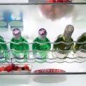 Flessen kunt u zowel in de deur alswel in liggend op het chromen flessenrek kwijt
