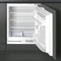 De Smeg FR148AP dient onder het aanrecht geplaatst te worden waarna de keukendeur er weer voor bevestigd kan worden.