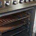 Foto van de oven van de Smeg C7GMXNLK uitgevoerd met twee roosters en een bakplaat