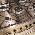 De Smeg C7GMXNLK heeft gietijzeren pandragers met wokbrander in het midden