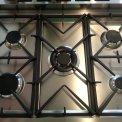 De Smeg C8GMXNLK beschikt over vijf pitten met wokbrander in het midden