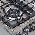 Een sterke 4,2 kW wokbrander bevindt zich linksvoor op het fornuis