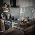 De combinatie van beton met antraciet geeft de keuken een super stoer uiterlijk