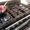 Het SMEG fornuis TR90NNL beschikt over een 5,0 kW sterke wokbrander in het midden