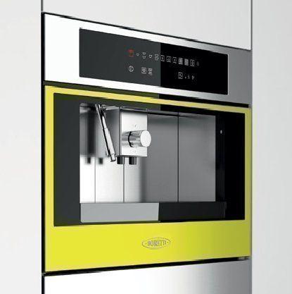 De Boretti koffiemachine uitgevoerd met de rand in een gele kleur. Op deze wijze kunt u bijna alle inbouw apparaten van Boretti uitvoeren in met de rand of deur in kleur.