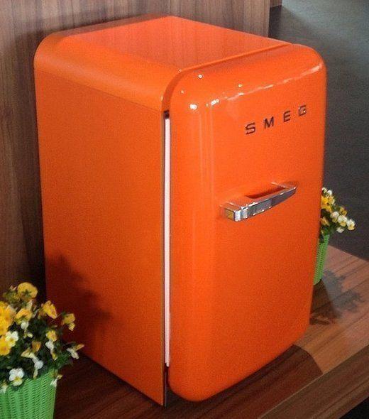 De nieuwe 'kleine' FAB5 koelkast van SMEG is leverbaar in creme, zwart, oranje, rood en met de print van de Engelse Vlag