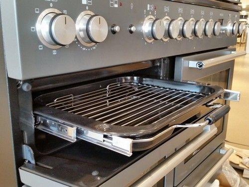 De oven linksboven is een aparte grillruimte