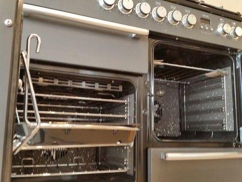 De linker oven is multifunctioneel en heeft - naast onder/bovenwarmte - ook een grill en heteluchtfunctie