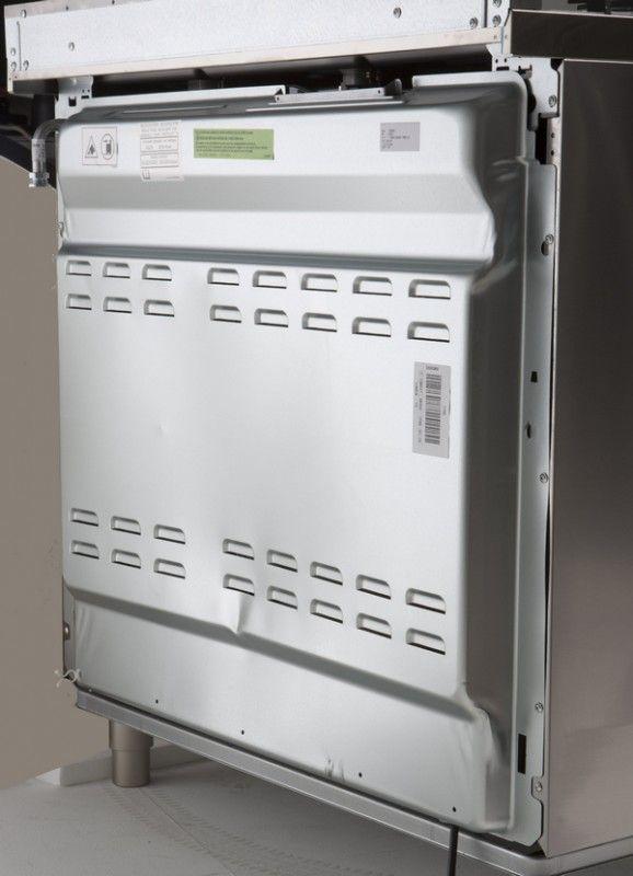 Foto van de achterzijde van het Smeg fornuis DS9GMX met linksboven de gas aansluiting. Indien u dus van voren naar het fornuis kijkt, dan zit de gas aansluiting dus rechts aan de achterkant.