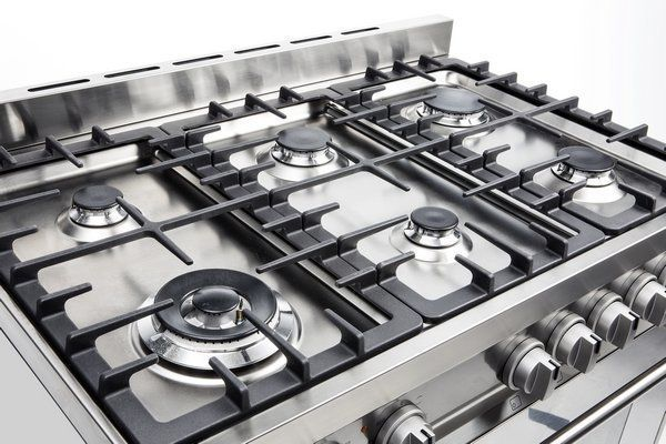 Onderscheidend is eveneens het kookgedeelte welke uitgevoerd is met de strakke semi-professionele pandragers