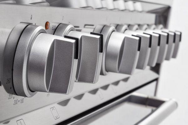 De Smeg DS9GMX heeft grote semi-professionele knoppen uitgevoerd in de kleur zilvermetalic