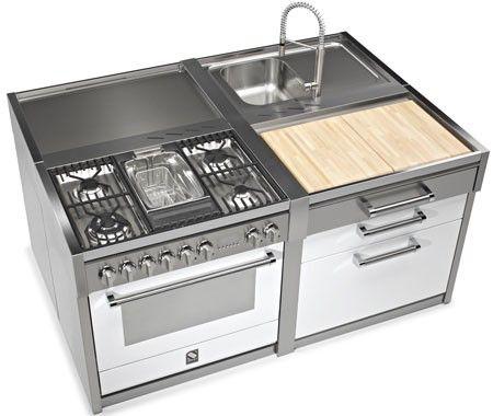 Het fornuis is uitgevoerd met een friteuse. Fraai in combinatie met de snijplank, spoelunit en werkbank