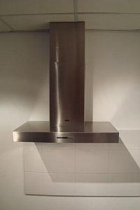 Een wandmodel afzuigkap is bevestigd aan de muur en hangt verder vrij van keukenkasten e.d. Strak naast deze afzuigkap kunnen natuurlijk wel keukenkasten geplaatst worden.