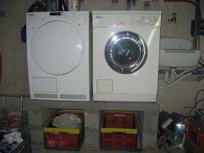 Een wasmachine en droger geplaatst in de kelder