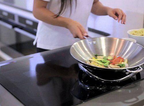 De infinite wok set bestaat uit een wok en speciale wokring geschikt voor inductie