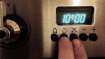 Hoe kunt u de tijd instellen in de programmeerbare klok?