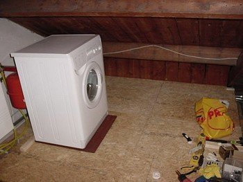 Een wasmachine plaatsen op een houten vloer? Aandacht vereist