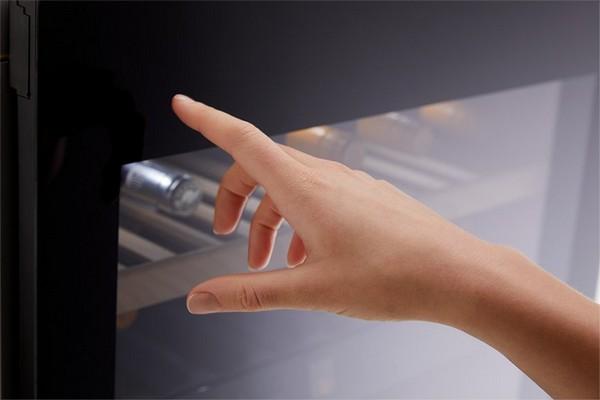 Open eenvoudig uw wijn koelkast door op linksboven op de deur te drukken.
