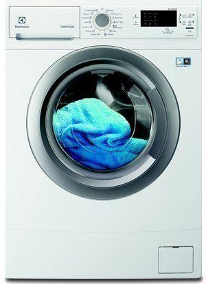 Ondiepe kleine wasmachine van Electrolux neemt weinig ruimte in