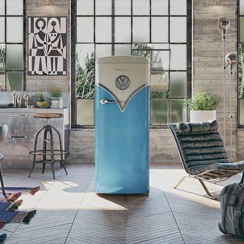 Gaaf is het grote volkswagen logo op voorzijde van de koelkast