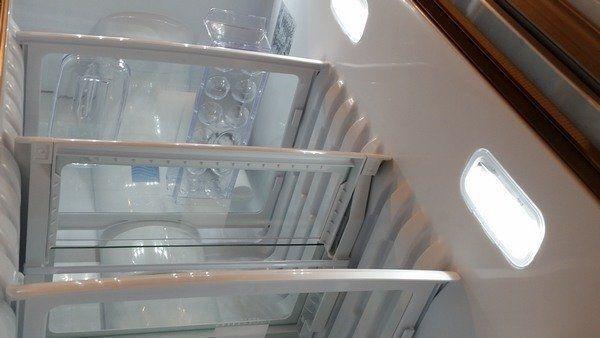Foto van het interieur van de ioMabe Amerikaanse koelkasten
