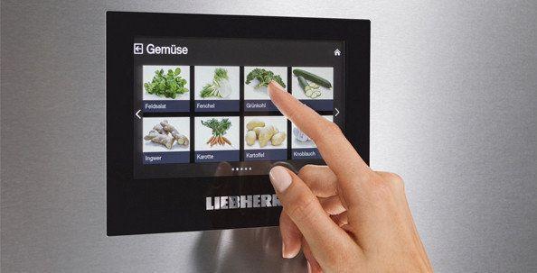 Een aantal nieuwe combi-koelkasten zijn uitgevoerd met een touch control kleurendisplay