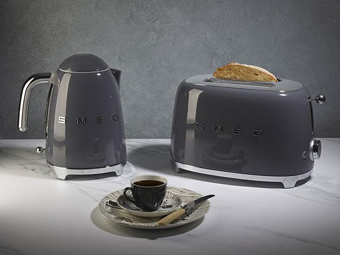 Nieuwe leigrijze waterkoker en broodrooster uit retroserie Smeg
